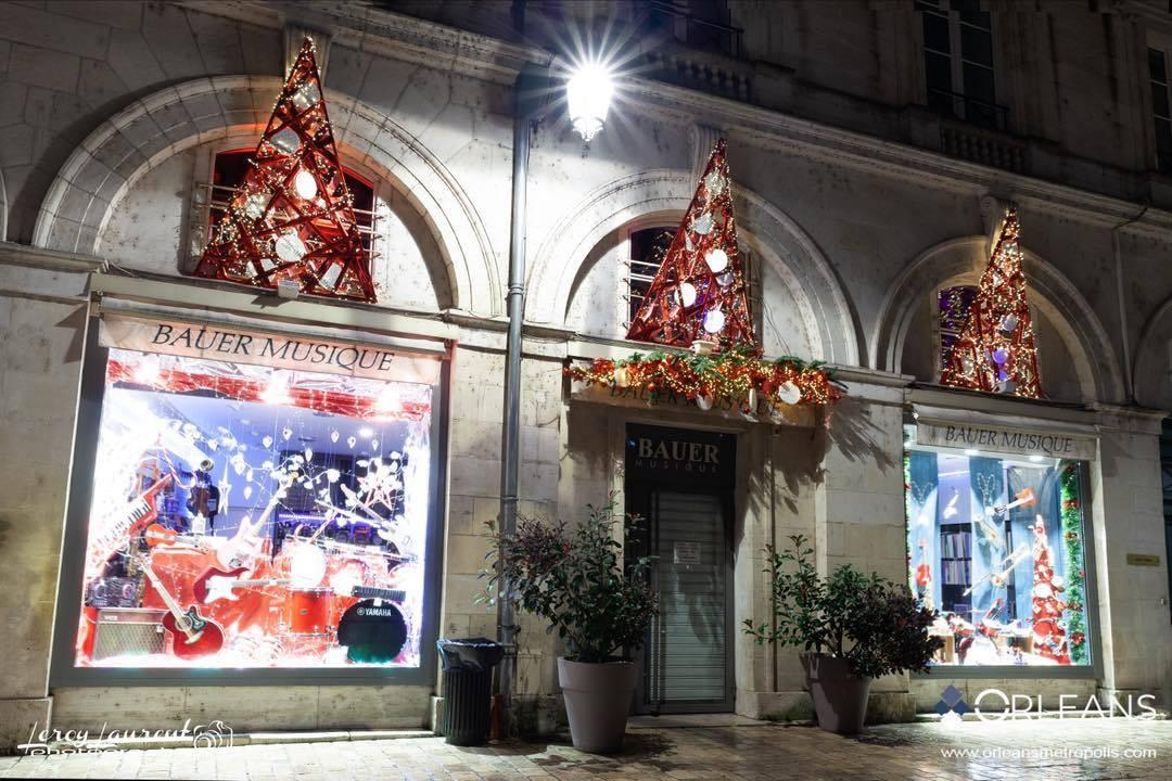 Vitrine de Noël boutique Bauer Musique Orleanshop by Night