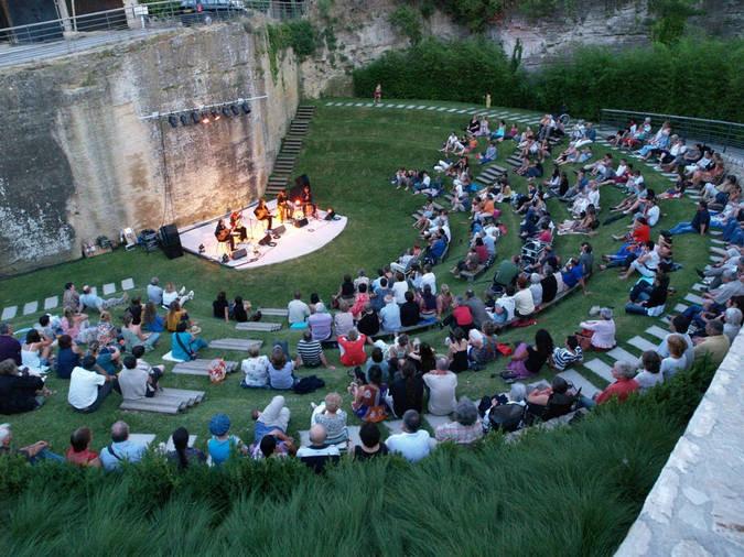 Théâtre au pied de la cathédrale d'Orléans